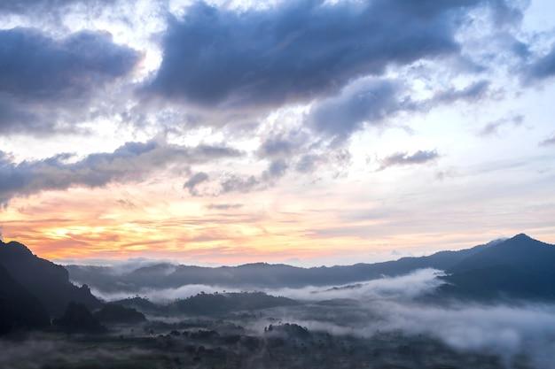 Mgła pokrywa i góra przed wschodem słońca na phu lang ka, phayao, tajlandia