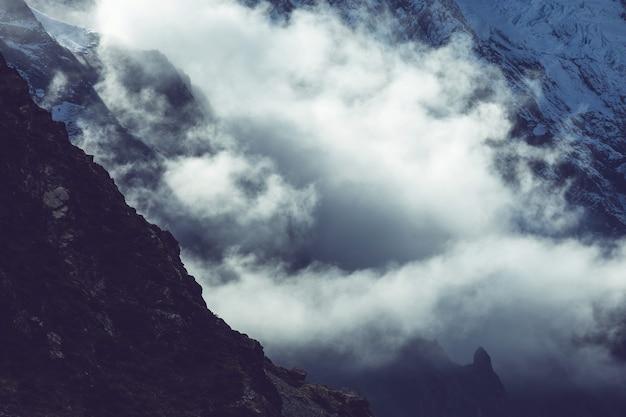 Mgła W Wysokich Górach. Piękne Naturalne Krajobrazy. Premium Zdjęcia