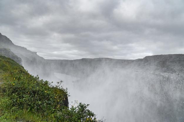 Mgła z wodospadu dettifoss na islandii