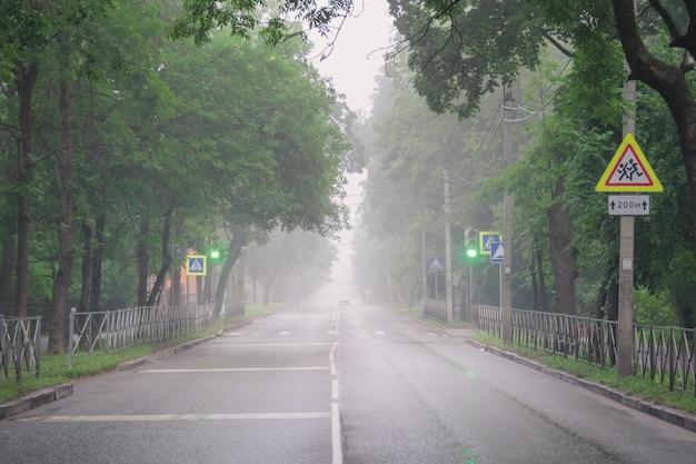 Mglista droga w mieście rano nieostrość