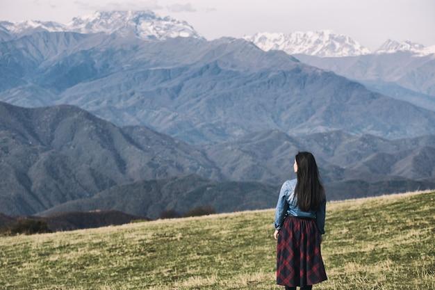 Mglista góra i dziewczyna