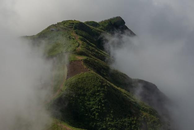 Mgliste chmury pokrywają góry w tajlandia.
