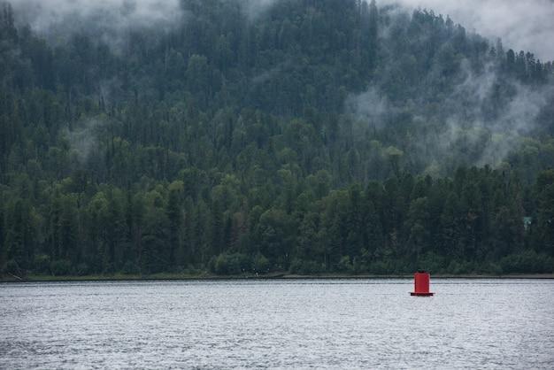 Mgliste jezioro teletskoye w górach ałtaju