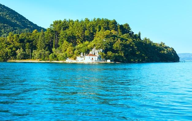 Mgliste lato krajobraz wybrzeża lefkady. widok z plaży nydri, grecja.