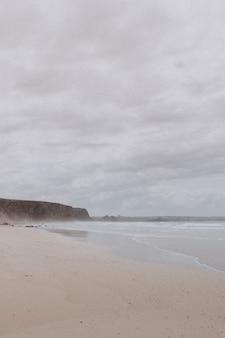 Mglisty dzień na plaży