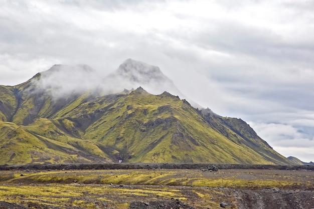 Mglisty krajobraz górski na islandii