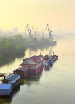 Mglisty Poranek Nad Rzeką Ob W Nowosybirsku Przystań I Statki Na Spokojnej Tafli Wody Premium Zdjęcia