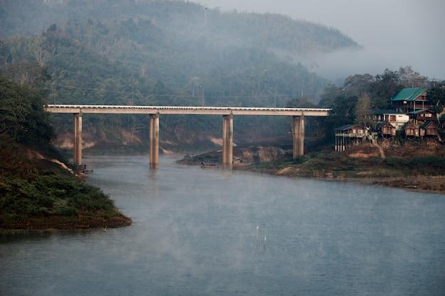 Mglisty poranny widok dymu w obszarze river mountain i wiejskim stylu życia.