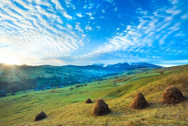 Mglisty wczesny świt jesienią karpaty, ukraina (goverla i góra petros w oddali)