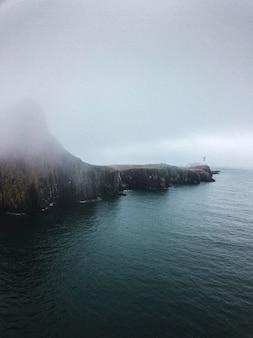 Mglisty widok latarni neist point na wyspie skye w szkocji