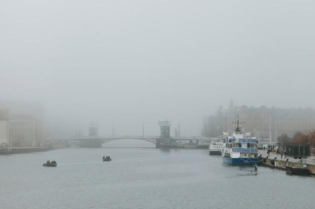 Mgłowa pogoda w mieście z kanałem