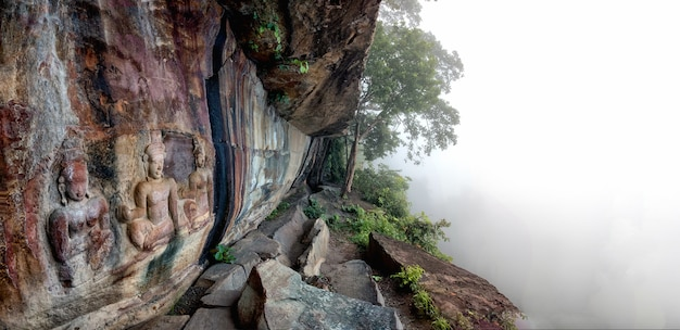 Mgłowy panorama widok pha mor e daeng khao phra wihan park narodowy, sisaket, tajlandia