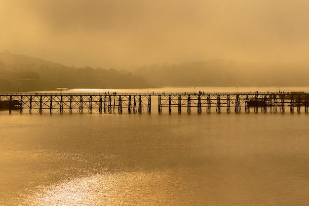 Mgłowy sangkhalburi drewniany most jeden popularny podróżny miejsce przeznaczenia w kanchanaburi westernu thailand