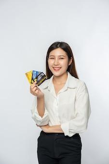 Miała na sobie białą koszulę i ciemne spodnie, żeby iść na zakupy i mieć przy sobie kartę kredytową