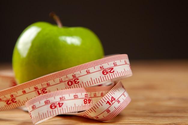 Miarka i jabłka na stole