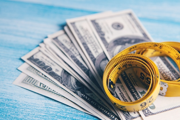 Miarka i pieniądze na stole