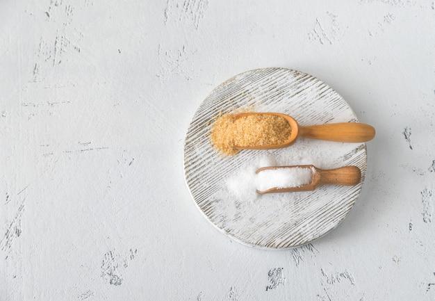 Miarki brązowego i białego cukru