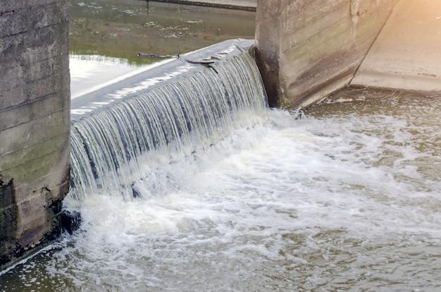 Miasta kanalizacji brudne wody w kanale łączą wodospad.