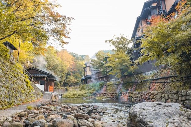 Miasta o gorących źródłach, kurokawa onsen, ryokan i most, kurokawa o poranku, kumamoto, kyushu, japonia