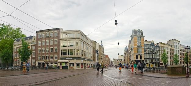 Miasto amsterdam: turyści na moscie w starym mieście