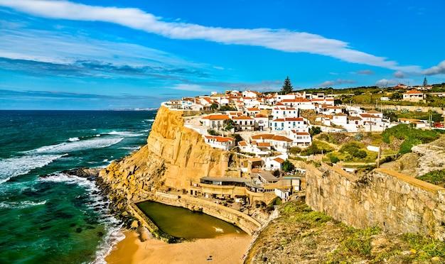Miasto azenhas do mar nad oceanem atlantyckim w pobliżu sintry w portugalii