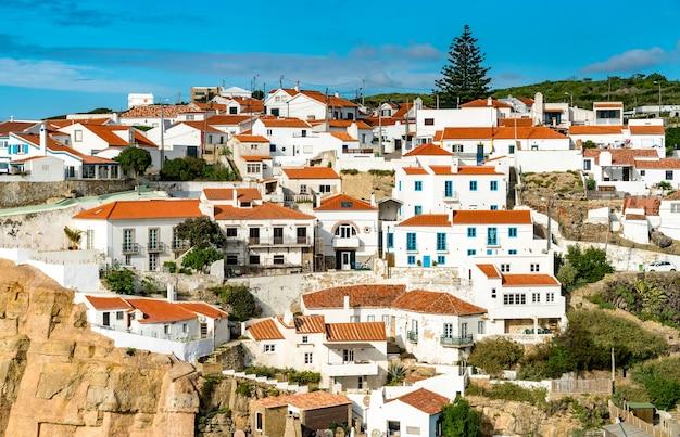 Miasto azenhas do mar nad oceanem atlantyckim w portugalii