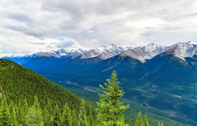 Miasto banff i kanadyjskie góry skalne widziane z góry siarki alberta canada