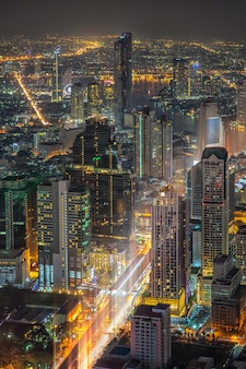 Miasto bangkok. pejzaż miejski bangkok nowożytni budynki biurowi przy nocą, tajlandia.