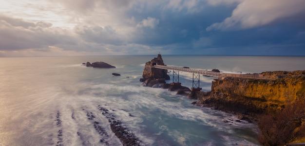 Miasto biarritz z pięknym wybrzeżem