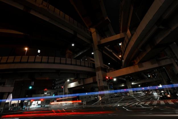 Miasto błyszczy światłem na ulicach w nocy