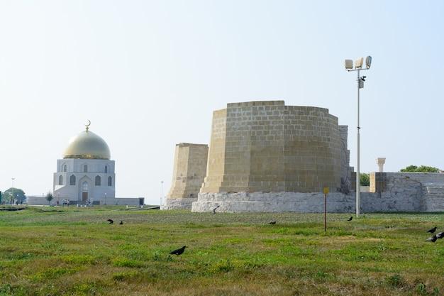 Miasto bolgar, tatarstan, rosja: meczet katedralny i tablica pamiątkowa na cześć przyjęcia islamu przez wołgę bułgaria w 922 roku