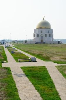 Miasto bolgar, tatarstan, rosja: znak upamiętniający przyjęcie islamu przez bułgarzy wołgi w 922 roku