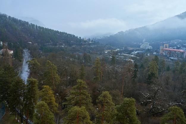 Miasto borjomi w gruzji. miasto wśród gór. czyste powietrze i piękno przyrody.