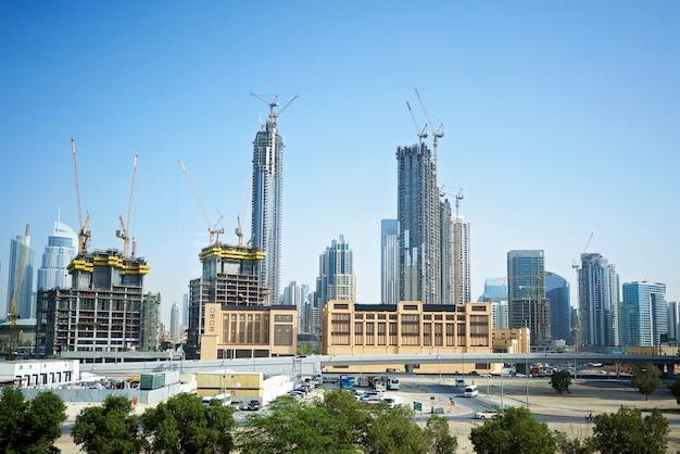 Miasto dubaj z dźwigami budowlanymi