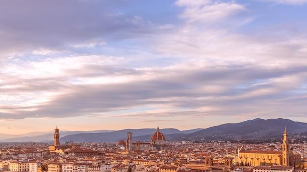 Miasto florencja podczas zachodu słońca. panoramiczny widok na palazzo vecchio i katedrę santa maria del fiore (duomo), florencja, włochy