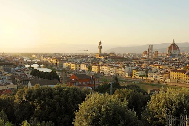 Miasto florencja podczas złotego zachodu słońca, włochy