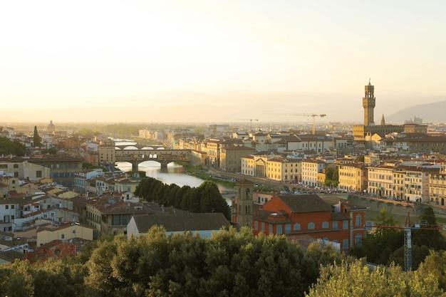 Miasto florencja podczas złotego zachodu słońca