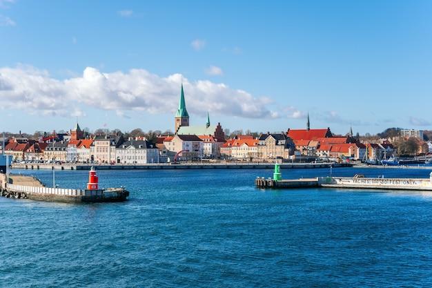 Miasto helsingor w danii z całego portu.