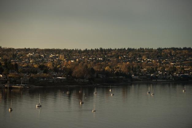 Miasto i jezioro podczas zachodu słońca