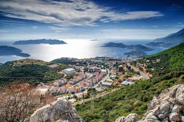 Miasto i port kash na wybrzeżu morza śródziemnego w turcji