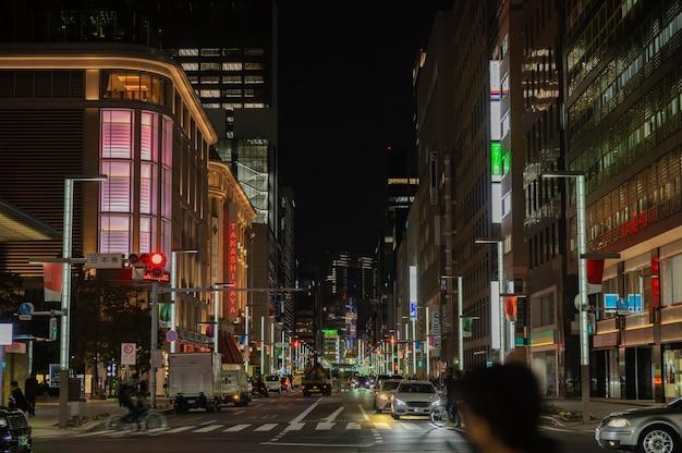 Miasto japonii nocą z ludźmi na ulicy