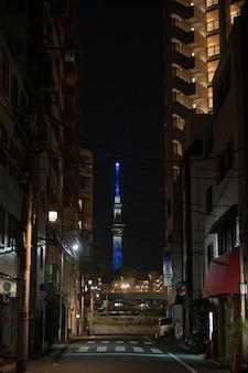 Miasto japonii nocą z pustą ulicą