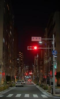 Miasto japonii nocą z samochodami na ulicy