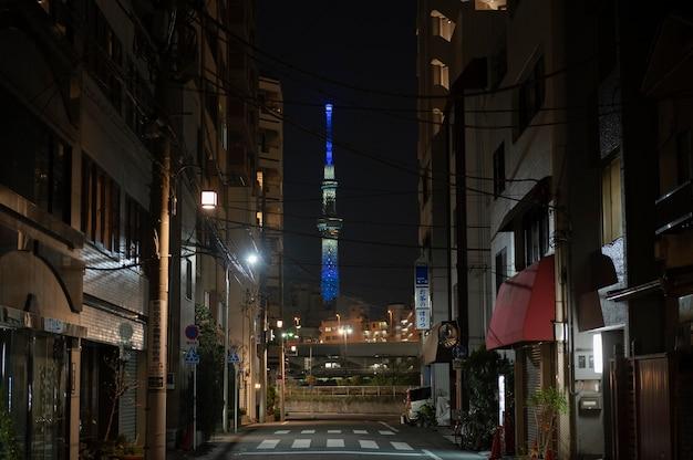 Miasto japonii nocą z wysokim budynkiem