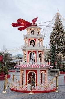 Miasto krajobrazy nowego roku. jarmark bożonarodzeniowy w moskwie na okhotnym ryadzie 2020. jarmarkowa sceneria.