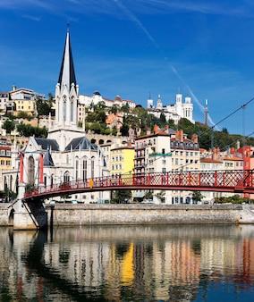 Miasto lyon z czerwonym mostem na rzece saone i kościołem