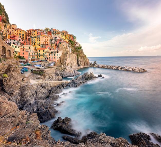Miasto manarola na skale, cinque terre na morzu śródziemnym, włochy