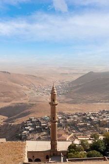 Miasto mardin turcji z tłem mezopotamii.