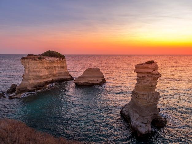 Miasto meledugno we włoszech, w regionie apulia. spektakularny widok o wschodzie słońca na klifach santo andrea