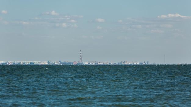 Miasto nad brzegiem błękitnego morza w oddali